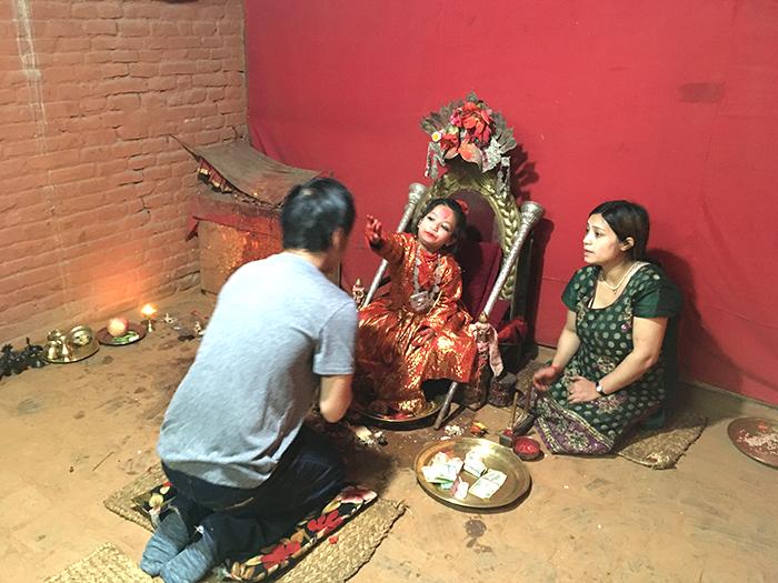 ティカ(ヒンドゥー教徒が額につける赤い斑点、守護や祝福の意味をもつ)
